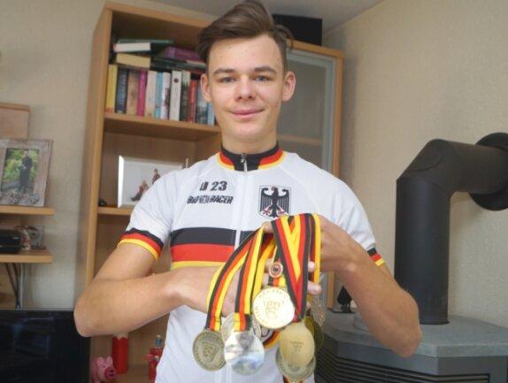 Die Sammlung kann sich sehen lassen: Viermal in Folge landete Tom Lindner bei der Deutschen Radcross-Meisterschaft auf Platz 1. Ob am Wochenende auch eine WM-Medaille dazu kommt?