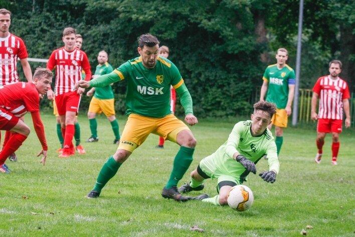 Kai Hamann, hier im Duell mit dem Stollberger Torhüter Hermann Scheiter, konnte beim 4:2-Sieg des TSV Germania zwei Tore erzielen.