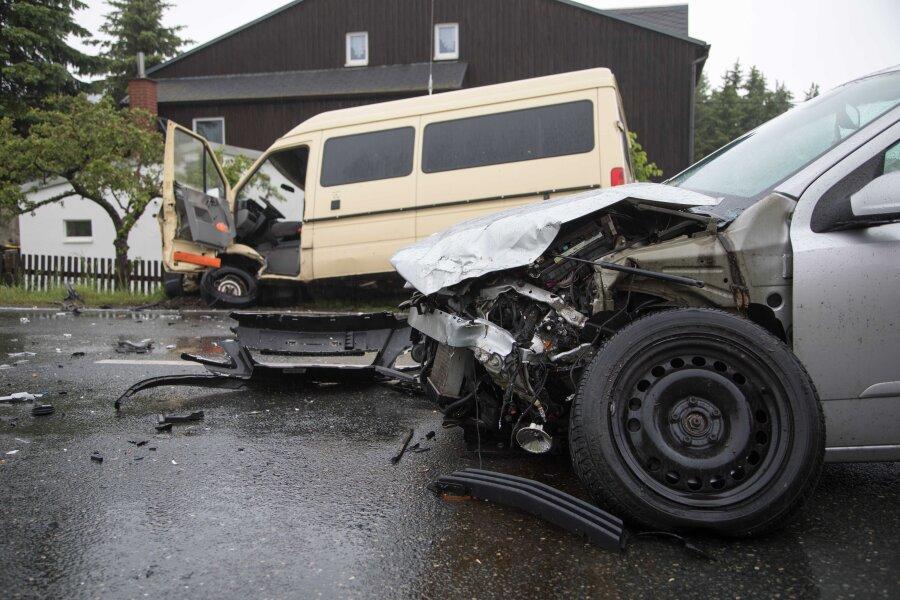 Zwei Verletzte bei Unfall auf B 101