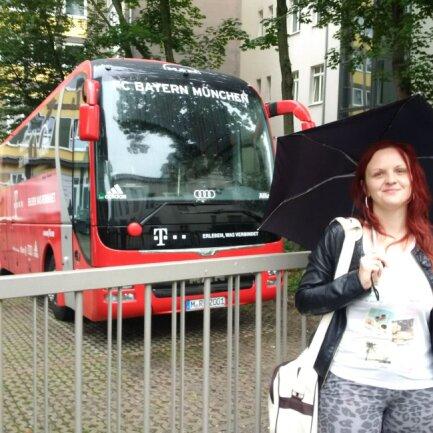 Bayern-Fan Anja Langhammer hat den Bus ihrer Lieblingsmannschaft entdeckt.