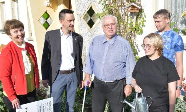 Robin, Julia und Otmar Rudolph (von rechts) sind bei einem Brand obdachlos geworden. Das Bild zeigt die Familie Ende September bei der Spendenübergabe mit Irene Tempel, Vorstandschefin der Diakonie Freiberg, und Bürgermeister René Straßberger.