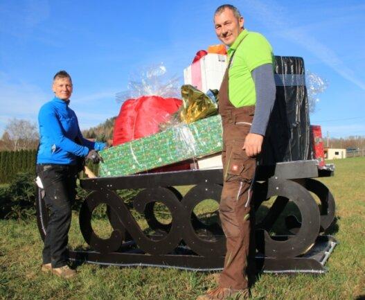 Doreen Schmalfuß sowie Rene Turczyk und ihre Familien haben zu Hause gewerkelt, um den Mechelgrünern eine Freude zu bereiten. Das Weihnachtsland wurde am Ortseingang aufgebaut.