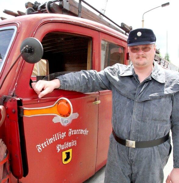 """<p class=""""artikelinhalt"""">Mario Reiß von der Feuerwehr Pulsnitz hatte extra das Fahren mit der historischen Kraftspritze gelernt. </p>"""
