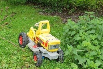 Ein Spielzeugauto am Wanderweg rund ums Unterbecken.