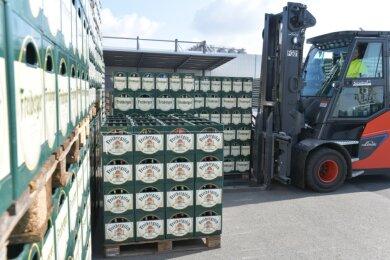 Bierkästen stapeln sich im Hof des Freiberger Brauhauses. Im Bild: Sascha Thiele, Mitarbeiter in der Logistikabteilung. Vor allem der Fassbierabsatz leidet in der Coronakrise mangels Großveranstaltungen.