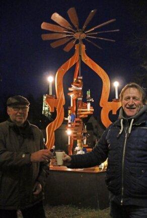 """Die Pyramide hat seit zehn Jahren vor dem Gasthof """"Goldener Löwe"""" in Niederbobritzsch ihren Platz. In diesem Jahr stoßen hier Frank Wersig vom Heimatverein (links) und Gaststättenbetreiber Jens Uhlemann allein auf den Advent an."""