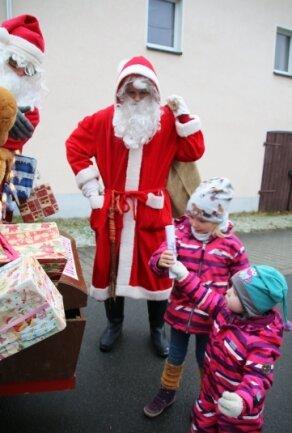 Die Kinder Rena (rechts) und Erna haben in Lichtenberg ihre Wunschzettel bei den Weihnachtsmännern abgegeben. Da der Weihnachtsmarkt auch hier ausfallen musste, kamen einige Einwohner auf die besondere Idee.