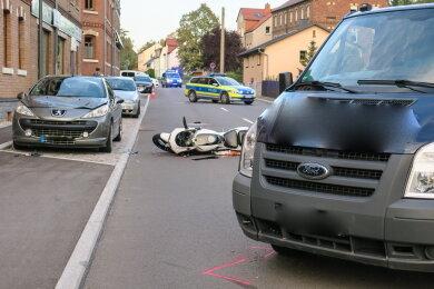 Ein Motorrad stieß auf der Hauptstraße mit einem Transporter zusammen.