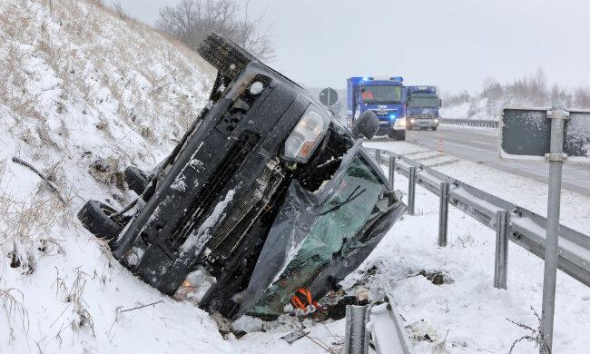 Auf der A4 zwischen Glauchau Ost und Hohenstein-Ernstthal ist am Mittwoch gegen 10 Uhr ein Kleinbus im Straßengraben gelandet. Der Fahrer blieb unverletzt.