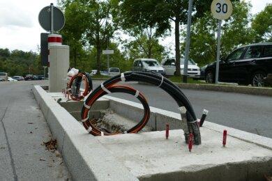 Die Einfahrt zum Zschopauer Klinikum: Wo sich normalerweise eine Schranke befindet, ragen derzeit nur Kabel aus dem Boden.