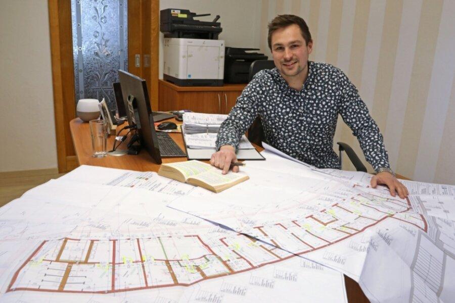Markus Müller mit den Plänen vom Chemnitzer Olympiastützpunkt.