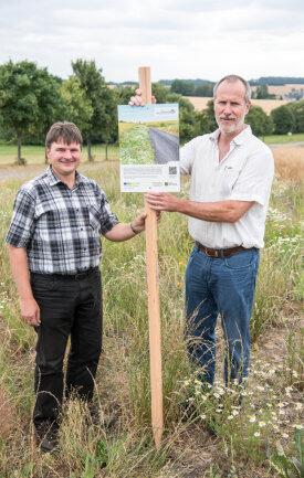 Agraset-Vorstandschef Jan Gumpert (r.) und der Geschäftsführer des Landschaftspflegeverbandes, Jörg Semmig, mit einer der Info-Tafeln. Diese soll an einem Feld über Naturschutzmaßnahmen informieren.
