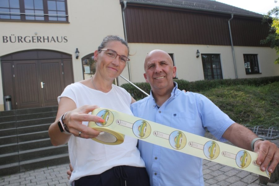 Diana und João Grincho wollen im Bürgerhaus Taura eine Nudelmanufaktur eröffnen. Die Etiketten für einige Produkte, die Ende dieses Monats starten soll, sind schon gedruckt.