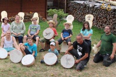 Am Ende der Workshops innerhalb der Kunst- und Kultur-Karawane präsentieren alle Teilnehmer stolz ihre selbst gefertigten Stühle und Trommeln.