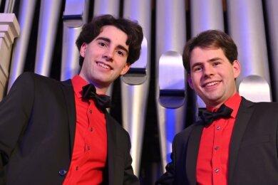 Pascal (links) und Markus Kaufmann vor der Orgel in der Lutherkirche Lichtenstein, die eine der fünf Orgeln ist, die auf der CD bespielt wird.