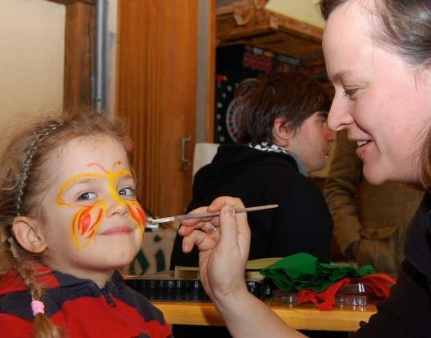 """Viel Spaß hatte die vierjährige Erya Köhler, als ihr Bianca Beyer zur Geburtstagsfeier des Brander Jugendklubs """"Rote Rüben"""" am Sonnabend einen bunten Schmetterling aufs Gesicht zauberte."""