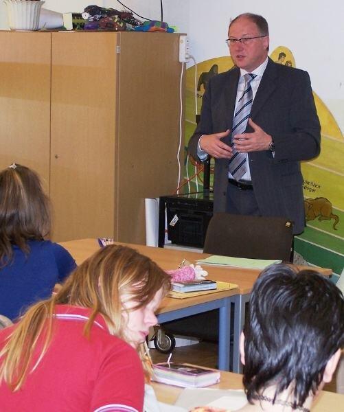 Vor den Schüler der Klassen 9 a und b aus Eppendorf hatte Umwelt-Staatssekretär Jürgen Staupe am Dienstag einiges zu erklären.