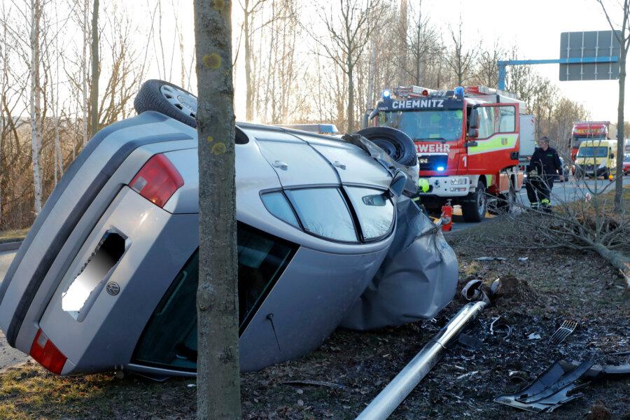 Auto überschlägt sich und fällt einen Baum