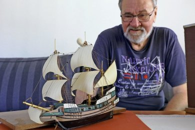 Das Werk und sein Macher: Manfred Fähnrich baut mit der Präzision eines Uhrmachers detailgetreue Schiffsmodelle. Dafür ist das Kinderzimmer zum Hobbyraum geworden.