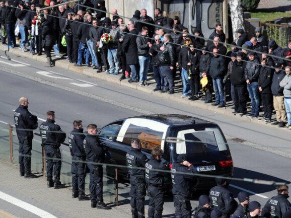 Mit einem Großaufgebot war die Polizei in Chemnitz im Einsatz, um die Beerdigung abzusichern.