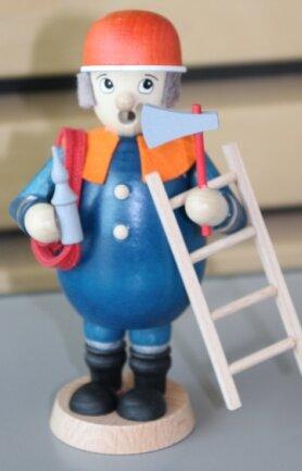 Für den ersten Platz beim Malwettbewerb gab es diesen Holz-Feuerwehrmann.