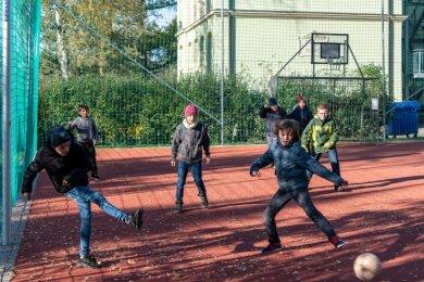Auf dem neuen Bolzplatz der Evangelischen Grundschule in Seelitz kicken die Viertklässler. Dabei bleibt die Klasse unter sich. Wegen der Coronapandemie lernen und spielen die vier Klassen derzeit getrennt.
