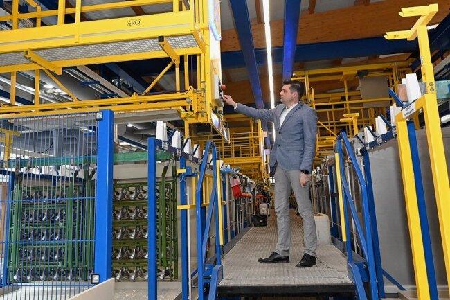 Bei der Metallveredlung Kotsch in Schneeberg ist eine der modernsten Produktionshallen Deutschlands entstanden. Im Bild zeigt Geschäftsführer Hardy Kotsch die Bedienung, die sonst vollautomatisch abläuft.