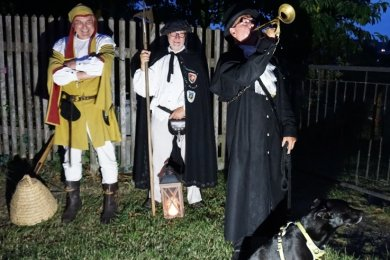 Der Schönecker Nachtwächter Ralf Edler mit seinem Hund Shila bei der Gruseltour. Im Hintergrund: Holger Ackermann, Zeidler (Imker) aus Groß Schauen, und Detlef Nutsch (Mitte), Nachtwächter zu Storkow.