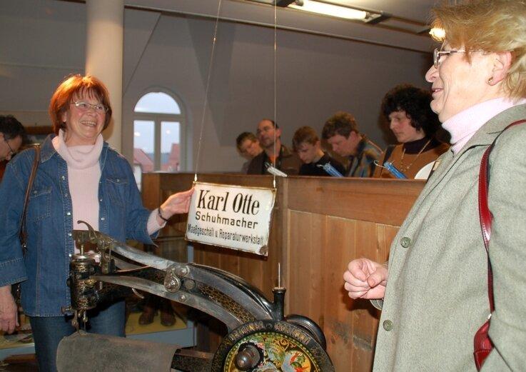 """<p class=""""artikelinhalt"""">Brigitta Hecker (l.) und ihre Schwester Heidi Barthel vor der Schusternähmaschine ihres Großvaters, die gegenwärtig Bestandteil der Sonderschau """"Verborgene Schätze - 100 Jahre Museum Oederan"""" im Oederaner Webmuseum ist. </p>"""