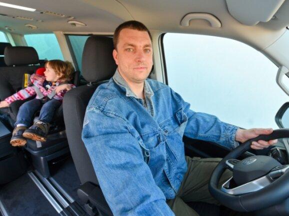 Endlich kann der Kraftfahrer auch im wörtlichen Sinne wieder das Steuer in die Hand nehmen. Nico Günthel ist in seinem Element.