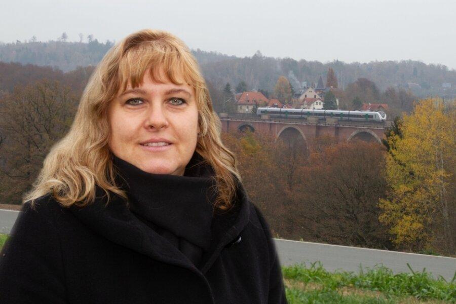 Grau liegt über der Talsperren-Gemeinde Pöhl, ein Regionalexpress der Mitteldeutschen Regiobahn überquert zwischen Dresden und Hof die Elstertalbrücke. Für die fast unbemerkt aus dem Amt der Bürgermeisterin geschiedene Daniela Hommel-Kreißl aus Kleingera schließt sich ein Kapitel. Ein Abschied ohne Groll.