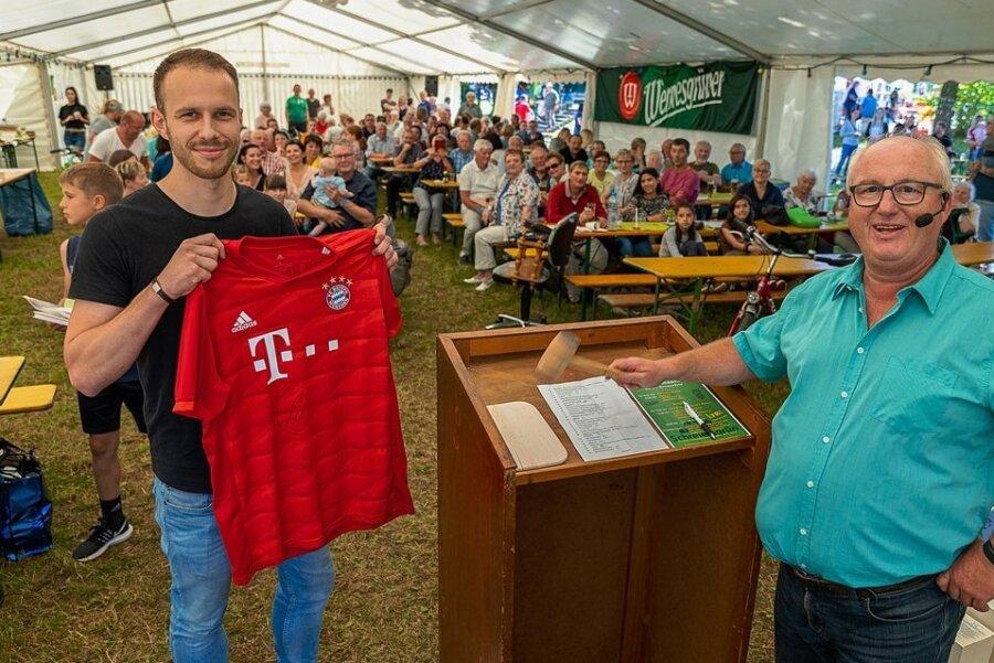 Tobias Grimm ersteigerte am Samstag zum Dorffest in Schreiersgrün ein handsigniertes FC Bayern-Trikot von Thomas Müller. Auktionator Frank Petzold war zufrieden.