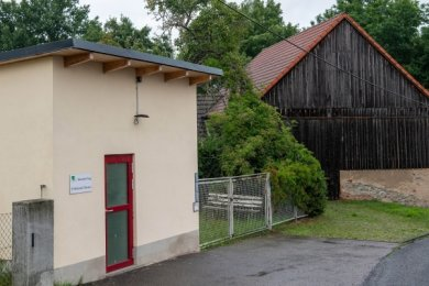 Für die Scheune (rechts), die einst als Garage für das Feuerwehrfahrzeuggenutzt wurde, hat die Stadt noch keine Pläne. Das linke Gebäude - bis vor kurzem noch Feuerwehrdepot - soll abgerissen werden.