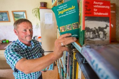 Mehrere Bücherregale im Stützpunkt der Grünen Aktion in Eibenstock - hier Vorsitzender Jörg Richter - sind gut gefüllt mit Büchern und Broschüren zu den Themenbereichen Natur, Tierwelt und Ökologie.