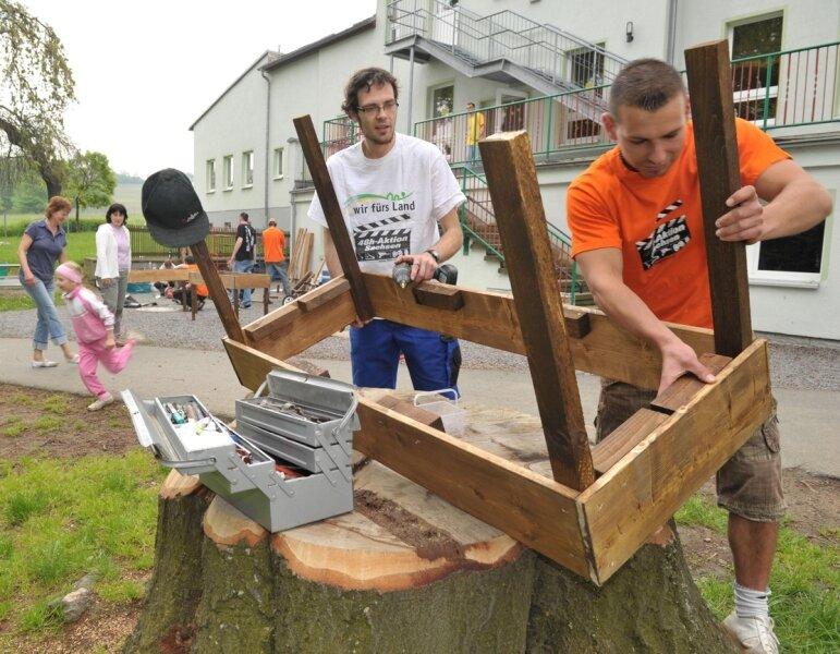 """Andreas Rein und Björn Heinig vom Schellenberger Jugendclub """"Bretterbude"""" haben bei der 33-Stunden-Aktion am Sonnabend in der Kindertagesstätte """"Rasselbande"""" in Leubsdorf Hochbeete gebaut."""