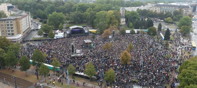 Auch nach Konzertbeginn strömen weitere Zuschauer zum Konzertgelände.
