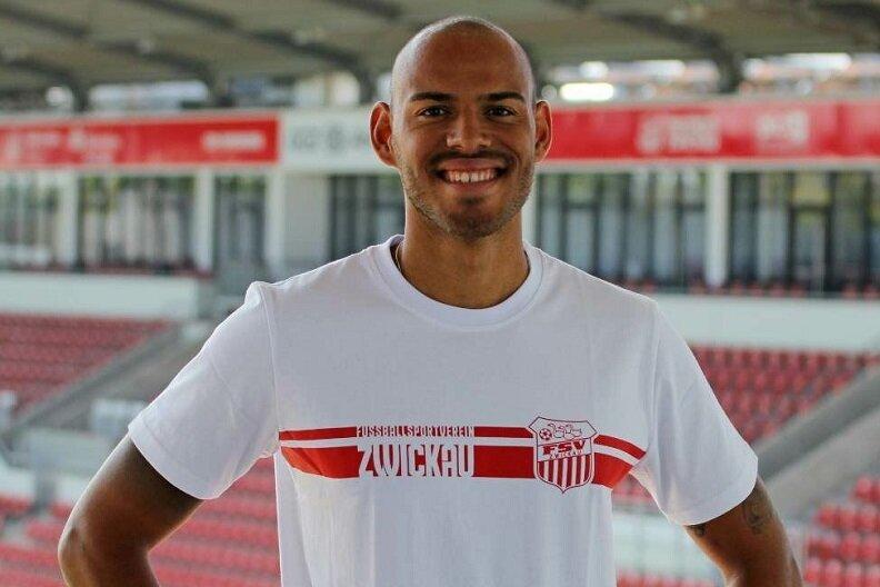 Steffen Nkansah im Shirt seines neuen Arbeitgebers.