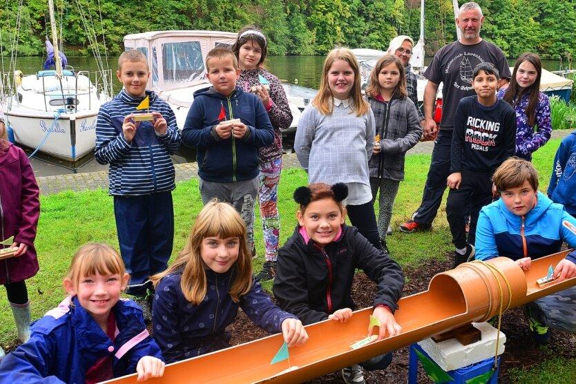 Die Lernförderschule Rochlitz zu Gast beim Marineclub Lauenhain: Vorn in der Wasserbahn schwimmen die selbst gebauten Schiffchen.