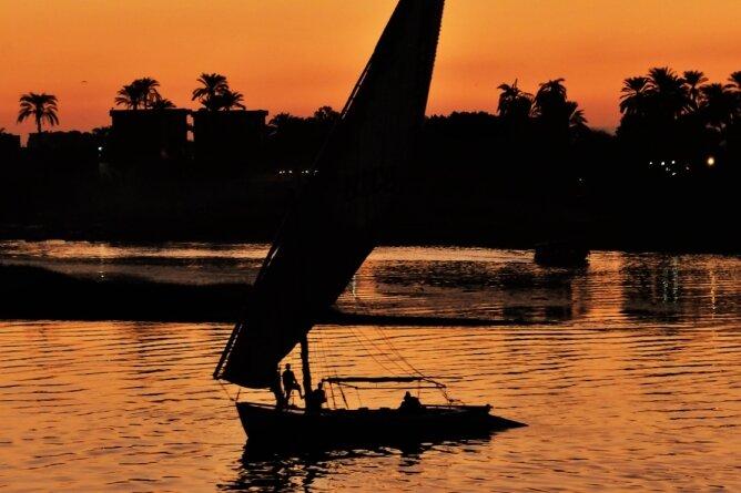 """Sonnenuntergang am """"Strom des Lebens"""": Wer will, kann das Farbenspiel auch auf einer Feluke erleben."""
