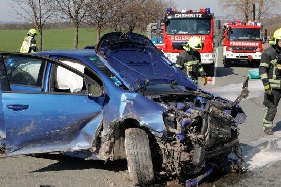 Auf der B 95 ereignete sich im März 2020 ein Unfall. Bei dem Auto handelt es sich um einen VW Golf mit einem 745 PS starken Motor.