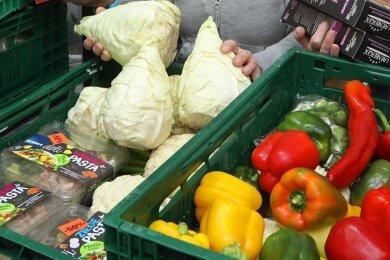 Reichlich Obst und Gemüse bietet die Tafel Hohenstein-Ernstthal ihren Kunden. Doch derzeit werden die Waren weniger. Unklar ist, ob der Service offen bleibt.
