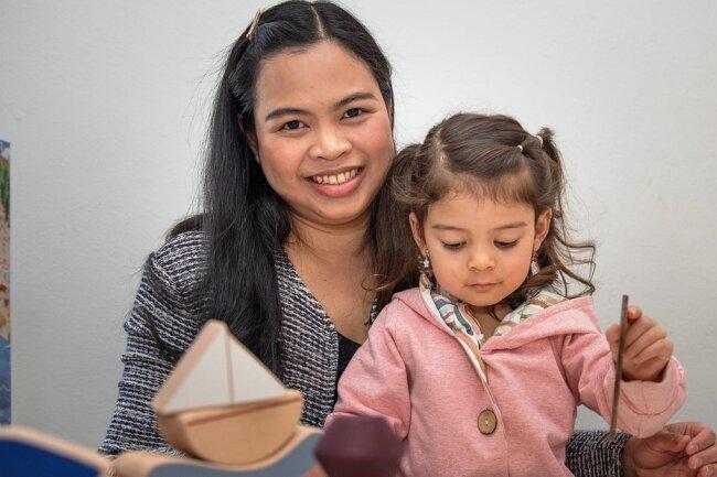 Tapanat Löser stammt aus Thailand. Zum Studieren kam sie nach Deutschland und lernte hier ihren Mann kennen. Die deutsch-thailändische Familie samt Töchterchen Elena Nara lebt in Cranzahl.