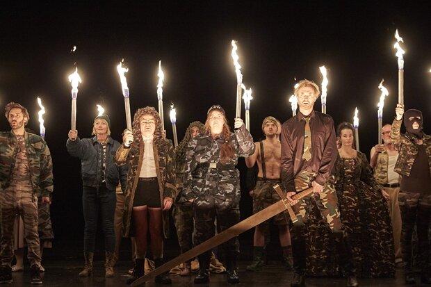 """Szene aus dem Theaterstück """"Graf Öderland"""", das Pegida thematisiert, im Staatsschauspiel in Dresden."""