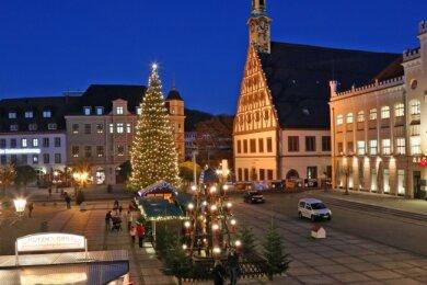 Seit Montag leuchtet der Weihnachtsbaum, dreht sich die Pyramide auf dem Hauptmarkt in Zwickau. Außerdem sind in der Platzmitte acht Märchenhütten aufgestellt worden.