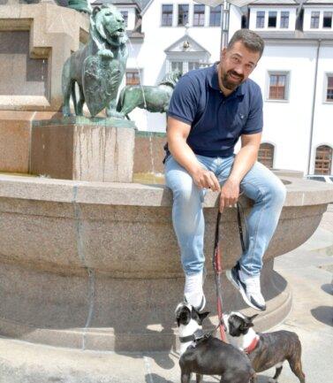 Sergio Raonic Lukovic - hier im Juni mit seinen Boston Terriern auf dem Ottobrunnen in Freiberg - wird ab August 2022 Intendant.