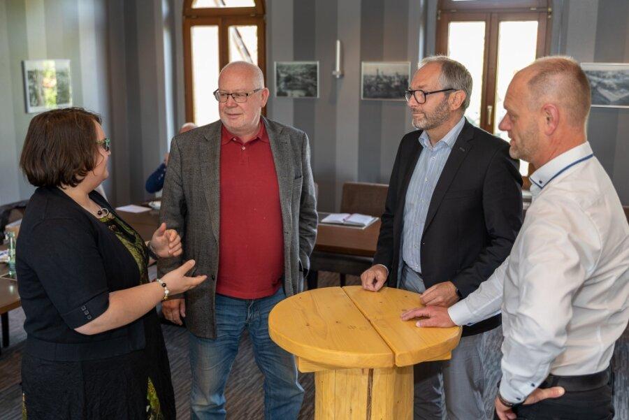 Jens Leppin (2.v.l.) diskutiert mit Tabea Schlosser vom Hotel Falkenstein (von links), Wia-Vorstand Jens Scharff und Steffen Fohlert vom Restaurant Zum Schlossturm Auerbach über den Fachkräftemangel.