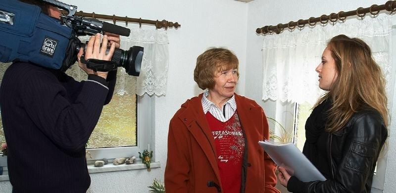 Kameramann Uwe Nitschke und Redakteurin Simone Heinrich drehten am Mittwoch bei Barbara Meckel in Friesen.