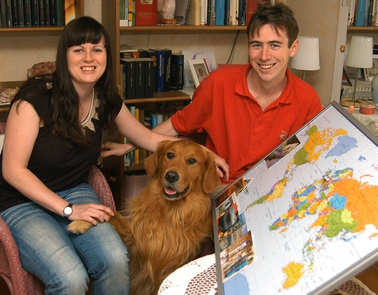 """<p class=""""artikelinhalt"""">Angela Päßler aus Annaberg-Buchholz und ihr Freund Philip Morgan wollen auf dem Landweg nach China reisen. Ein Foto von Golden Retriever Homer kommt dabei mit ins Gepäck. </p>"""