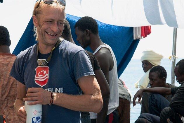 Schnappschuss auf hoher See: Richard Brenner bei der Versorgung Geretteter.