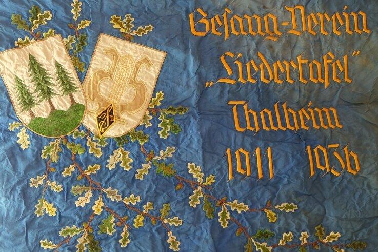 Das Symbol der drei Tannen auf einer historischen Vereinsfahne. Es ist nicht der einzige Platz, wo das Signet in Thalheim präsent ist.